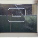 Manuelles Hochwasserfenster für Überschwemmungen. Wasserdichte Kellerfenster haben viele Vorteile gegenüber regulären Fenstern.