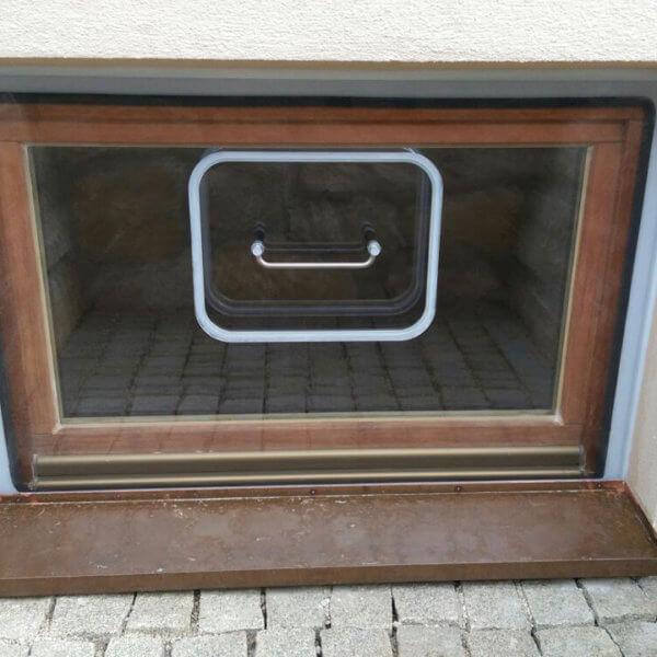 Außenansicht eines Hochwasserfensters für den Keller
