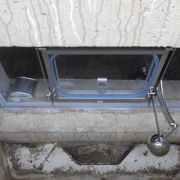 Halbautomatisches Hochwasserfenster