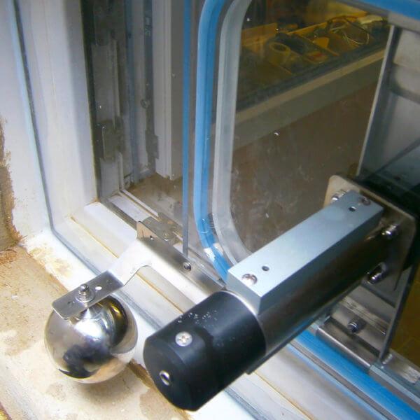 Öffnungsmechanismus eines Hochwasserfensters in der Nahaufnahme
