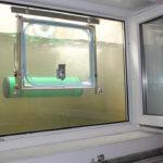 Hochwasserfenster während Testflutung. Durch den angebrachten Schwimmer hat sich das Fenster komplett geschlossen, bevor das Wasser die Fensterunterkante erreichen konnte.