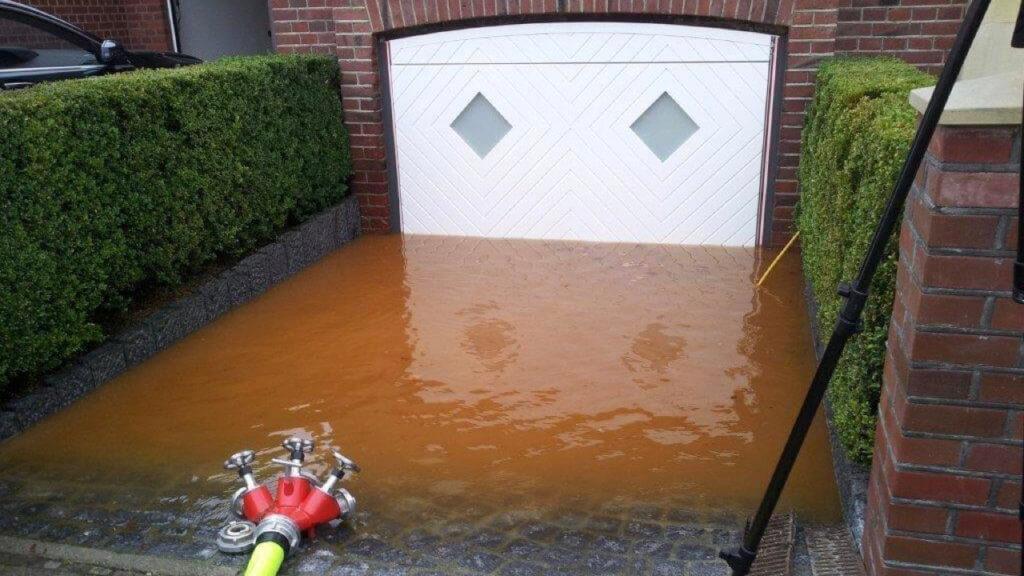 Simulierte Überschwemmung vor Garagentor