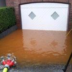 Überschwemmung vor Garagentor wird abgepumpt
