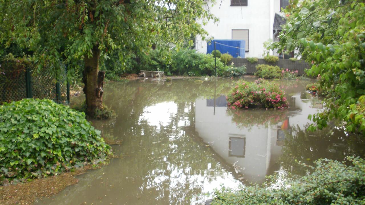 Ein Garten steht während einer Überschwemmung unter Wasser