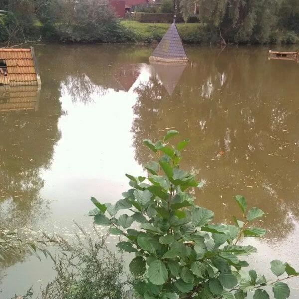 Während einer Überschwemmung versinkt ein Gebäude in den Fluten