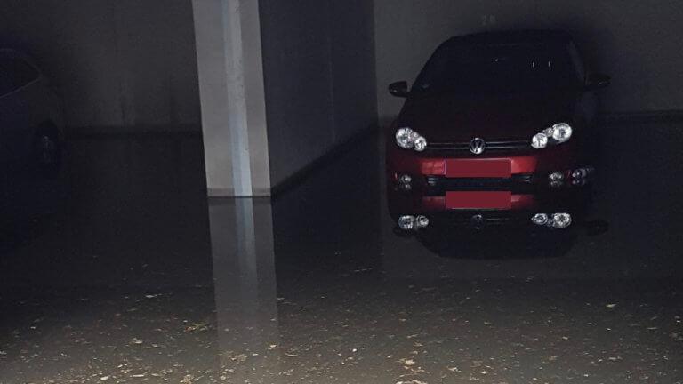 Hochwasserschäden in einer Garage