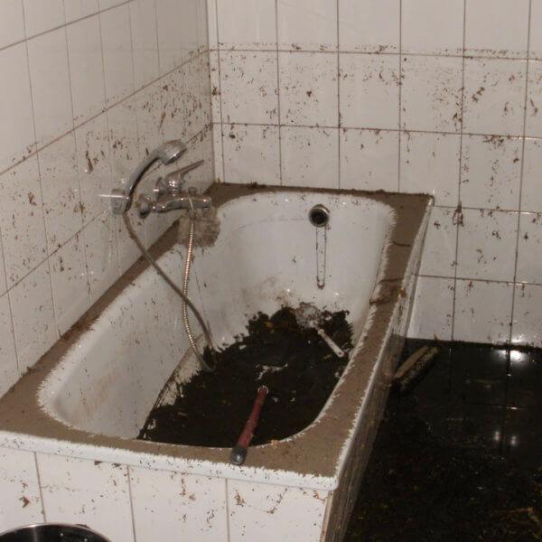 Überschwemmungsschäden in einem Badezimmer