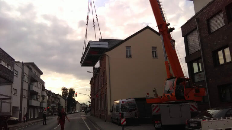 Vertikalklappschott häng an einem Kran