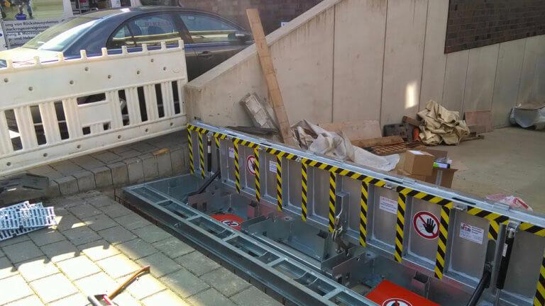 Garageneinfahrt mit hochgeklapptem Vertikalklappschott