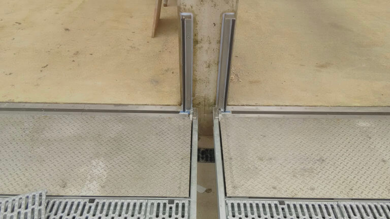 Garageneinfahrt mit eingeklapptem Vertikalklappschott