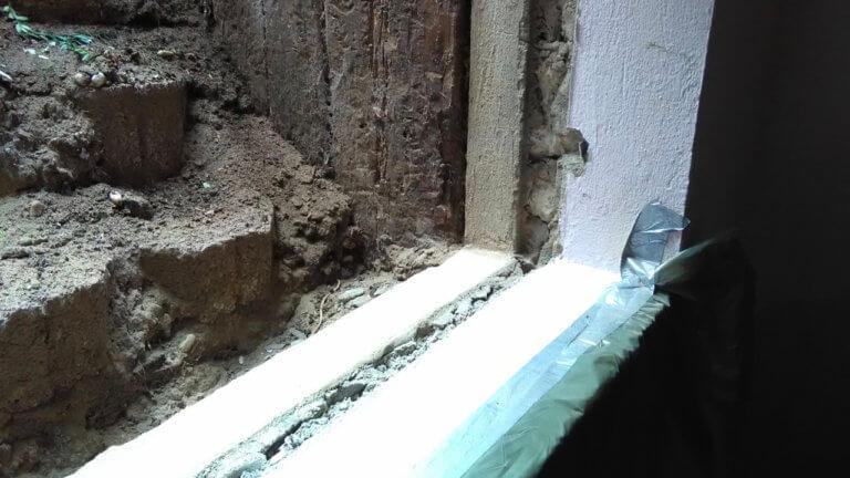 Ein Fensterrahmen wird für den Einsatz eines Hochwasserfensters vorbereitet