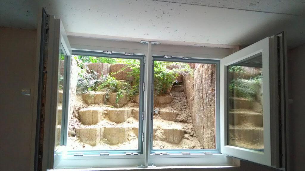 Offene Hochwasserfenster im Keller