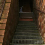 Verriegelte Modulbauplatte in einem Kellereingang