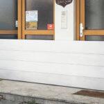 Dammbalkensystem vor einem Hauseingang