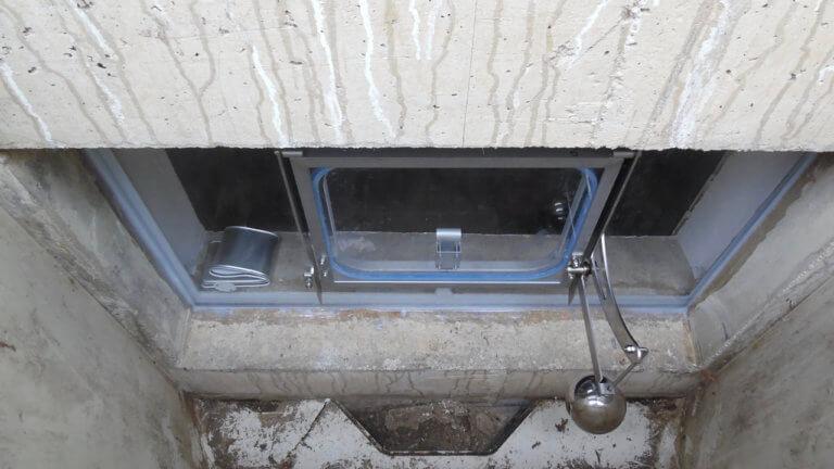 Halbautomatisches Hochwasserfenster, geschlossen