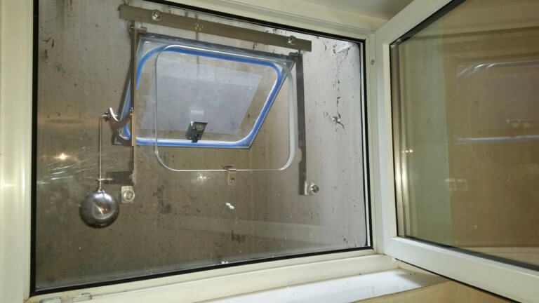 Halbautomatisches Hochwasserfenster von innen