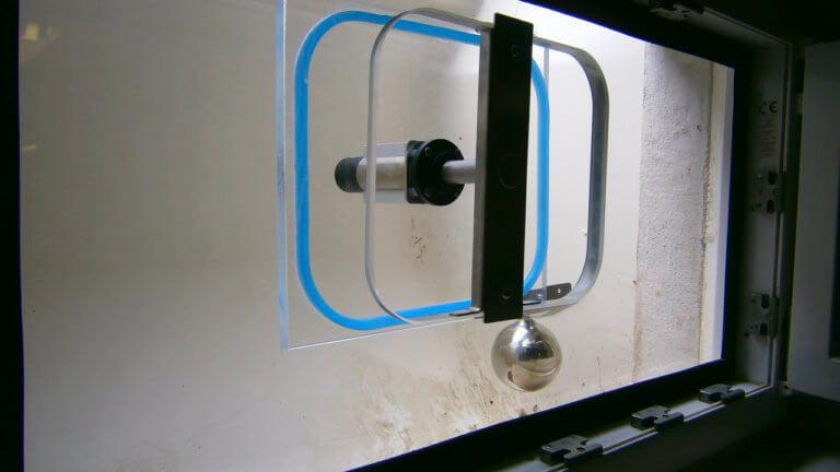 Halbautomatisches Hochwasserfenster während der Montage