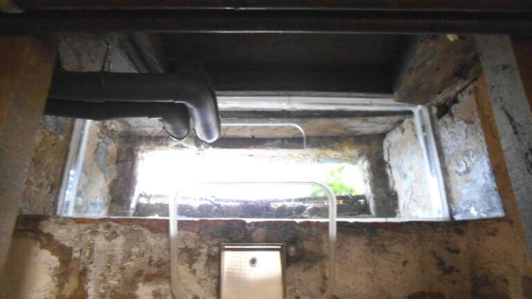 Manuelles Hochwasserfenster beim Einbau