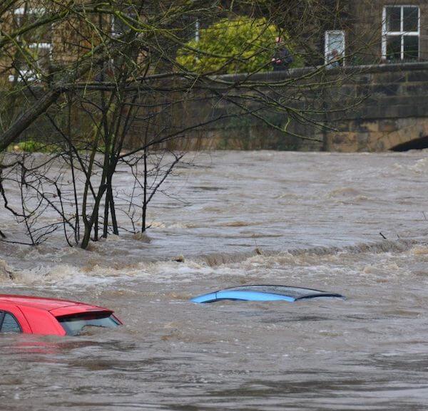 Überschwemmte Straße bei Hochwasser
